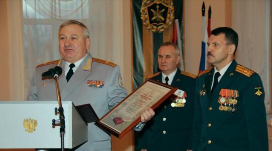 Генерал-майор С.А. Баканеев принимает Свидетельство