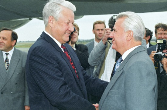 Президент РФ Борис Ельцин и президент Украины Леонид Кравчук. Александр Сенцов/ТАСС