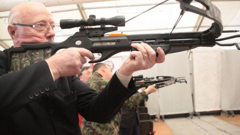 Генерал-лейтенант Владимир Борученко, бывший командующий войсками Тихоокеанского пограничного округа, в свои 80 лет арбалет освоил моментально Фото: Павел Волков