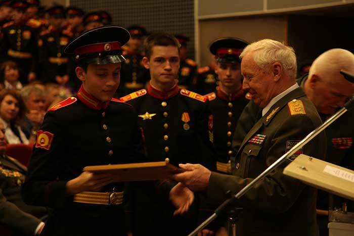Вице-президент Клуба военачальников Российской Федерации генерал-полковник Головнев А.А вручает суворовцам именные стипендии Клуба за успехи, достигнутые в учебе и дисциплине.
