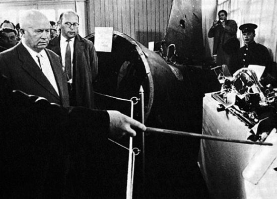 Н.С. Хрущеву показывают обломки U2, сбитого под Свердловском. 1960 г.