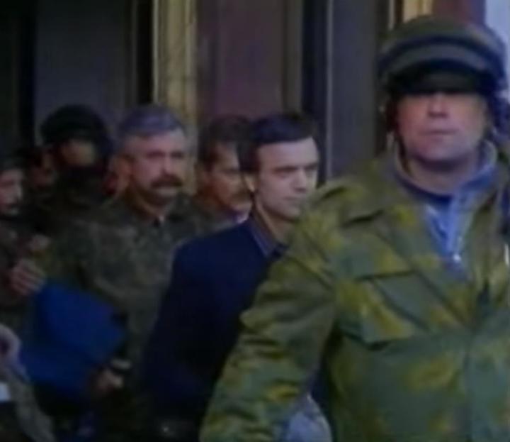 Александр Руцкой и Руслан Хасбулатов покидают Белый дом после своего ареста, 4 октября 1993 года. Фото: Кадр из видео
