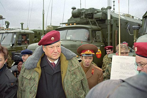 Борис Ельцин во время посещения дивизии особого назначения Внутренних войск МВД РФ, 16 сентября 1993 года. Фото: Президентский центр Бориса Николаевича Ельцина