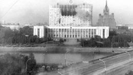 """Дом Советов, 4 октября 1993 года. Фото: Википедия/Газета """"Дуэль"""""""