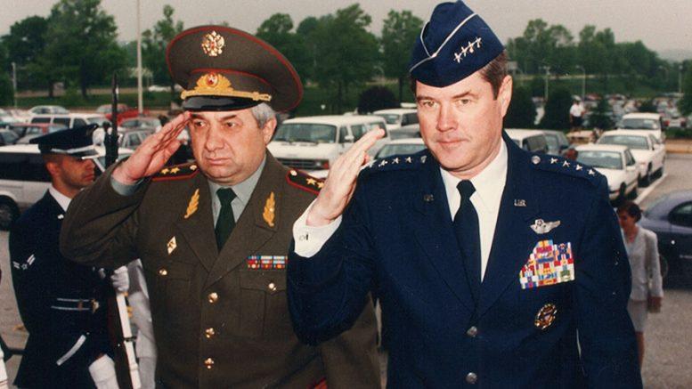 Генерал Джозеф Ральстон, будущий начальник Объединенного комитета начальников штабов США, приветствует генерал-полковника Леонтия Шевцова у входа в Пентагон. Выстроен почетный караул. 6 мая 1996 года