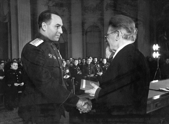М.И. Калинин вручает А.И. Антонову орден «Победа».