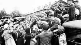 Добровольцев провожают в народное ополчение. 2 сентября 1941. Фото Н. Ф. Боде