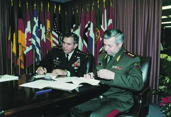 Леонтий Шевцов (справа) с Верховным главнокомандующим ОВС НАТО в Европе Джорджем Доулвэном во время  подготовки миротворческой операции в Боснии и Герцеговине (1995).  Фото из архива автора